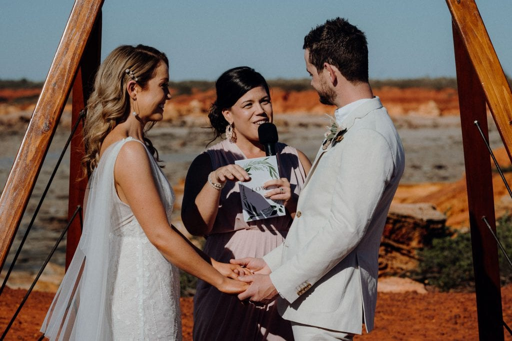 Elle Saunders Broome mariage celebrant at wedding couple during their ceremony at Gantheaume Point